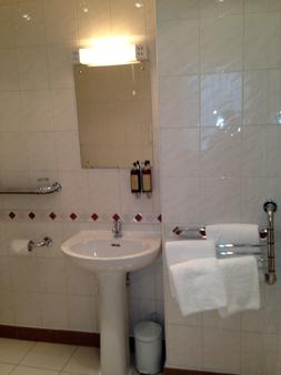 St George Hotel - London - Bathroom