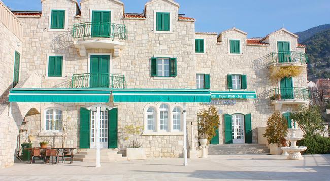 Hotel Ivan - Bol - Building