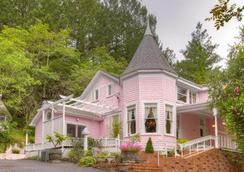 The Pink Mansion - Calistoga - Building