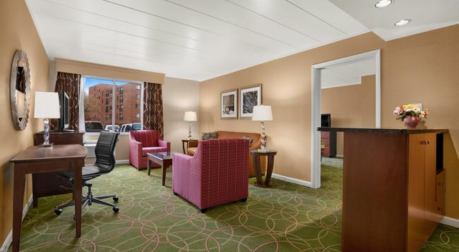 Days Inn Penn State - State College - Bedroom