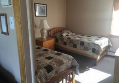 Colonial Shores Resort - Hampton Bays - Bedroom