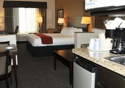 Holiday Inn Express & Suites Clinton - Clinton - Bedroom